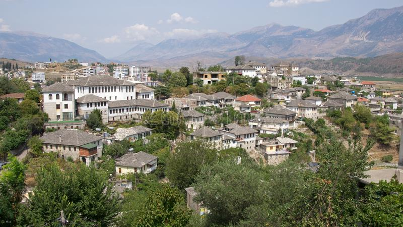 Λευκοί Οίκοι στην πόλη Gjirokastà «ρ στην Αλβανία στοκ εικόνα με δικαίωμα ελεύθερης χρήσης