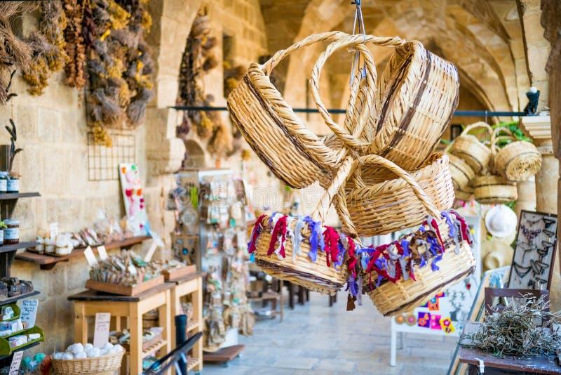 ΛΕΥΚΩΣΙΑ, ΚΎΠΡΟΣ - 10 ΑΥΓΟΎΣΤΟΥ 2015: Αναμνηστικά καλαθιών αχύρου σε Buyuk Han (το μεγάλο πανδοχείο) στοκ εικόνες