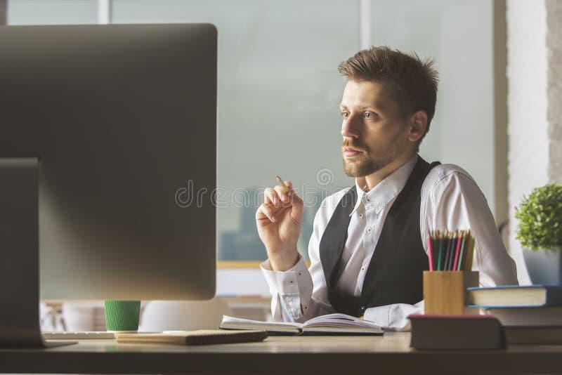 Λευκός επιχειρηματίας που εξετάζει τη οθόνη υπολογιστή στοκ φωτογραφία με δικαίωμα ελεύθερης χρήσης