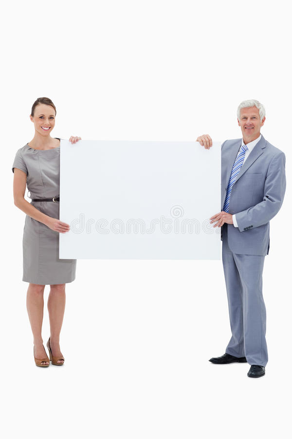 Λευκός επιχειρηματίας τριχώματος που κρατά ένα μεγάλο άσπρο σημάδι στοκ φωτογραφίες με δικαίωμα ελεύθερης χρήσης