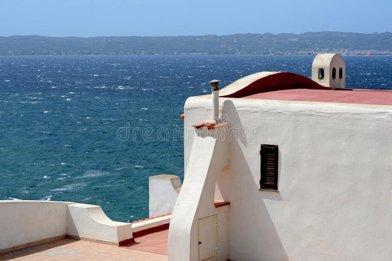 """Λευκός Οίκος σε έναν υψηλό απότομο βράχο νησί Sant στο """"Antioco στη νότια Σαρδηνία στοκ εικόνες με δικαίωμα ελεύθερης χρήσης"""