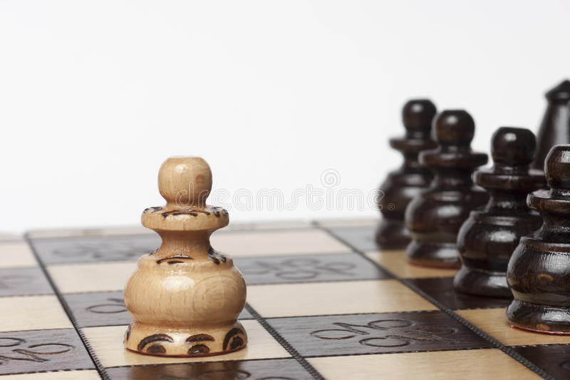 Λευκός προκλητικός στρατός ενέχυρων των μαύρων κομματιών σκακιού στοκ εικόνα με δικαίωμα ελεύθερης χρήσης