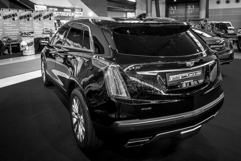 Λευκόχρυσος διασταυρώσεων SUV Cadillac πολυτέλειας μέσος-μεγέθους XT5, 2017 στοκ φωτογραφίες