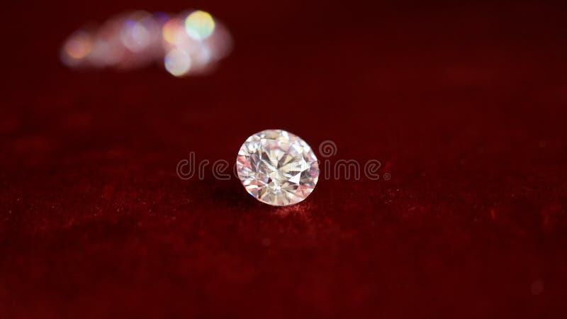 Λευκό διαφανές τεχνητό διαμάντι γρανίτη σε ένα κόκκινο βελούδο φόντο, που βρίσκεται κοντά χωρίς ανθρώπους στοκ φωτογραφίες με δικαίωμα ελεύθερης χρήσης
