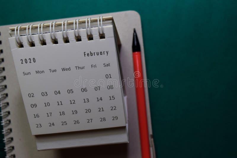Λευκό ημερολόγιο Φεβρουάριος 2020 στο φόντο του γραφείου στοκ φωτογραφία με δικαίωμα ελεύθερης χρήσης