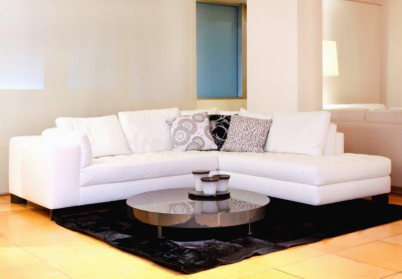 λευκό καναπέδων στοκ φωτογραφία με δικαίωμα ελεύθερης χρήσης