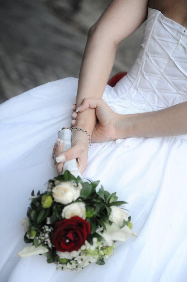 Λευκό καυκάσιο θηλυκό που κρατά μια γαμήλια ανθοδέσμη στοκ εικόνα