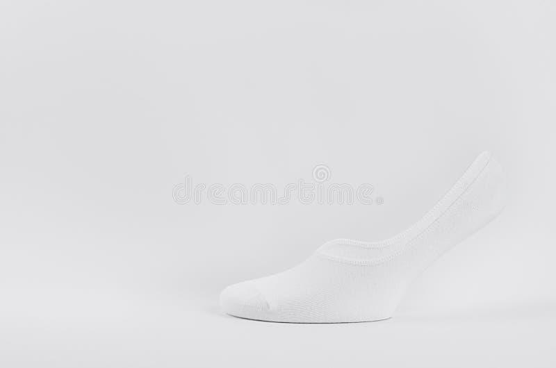 Λευκό μαύρο βαμβακερό μικρό σπορ με κοντή κάλτσα σε αόρατο πόδι, καθώς κοροϊδεύουν για διαφήμιση, μάρκες, σχεδίαση Πλευρική όψη στοκ φωτογραφίες με δικαίωμα ελεύθερης χρήσης