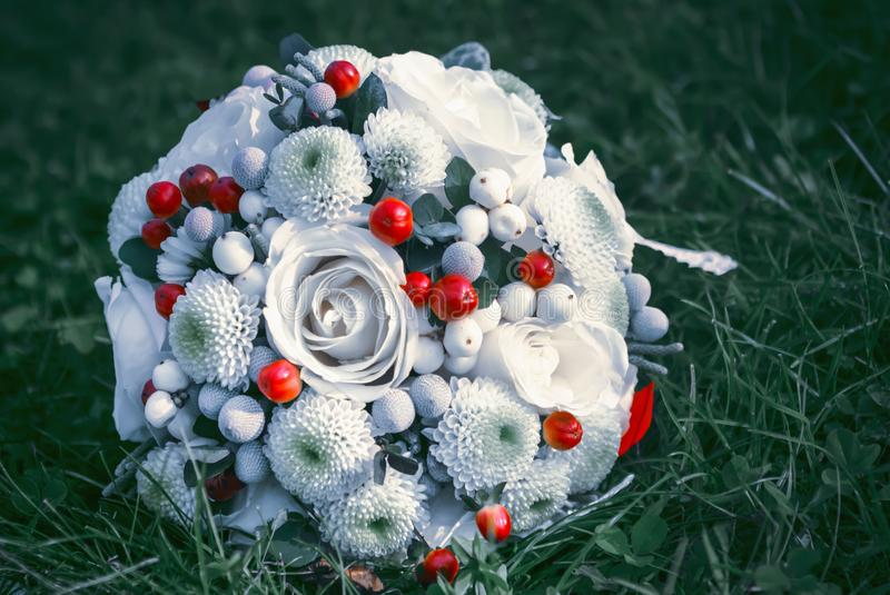 Λευκό με τα κόκκινα γαμήλια λουλούδια στοκ φωτογραφία με δικαίωμα ελεύθερης χρήσης