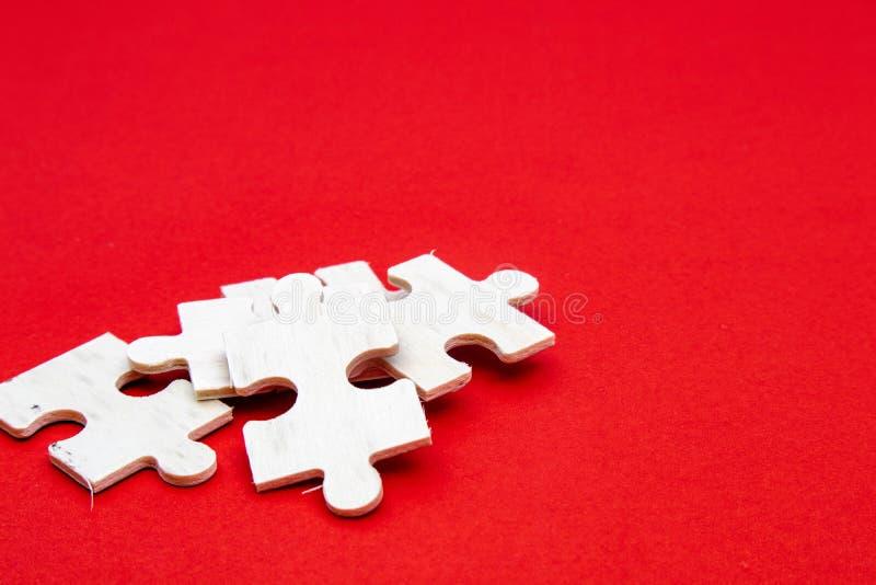 Λευκό ξύλινο παζλ σε κόκκινο φόντο για εξάσκηση διαλογισμού, δεξιότητες επίλυσης προβλημάτων και υπομονή επιχείρηση στοκ εικόνα με δικαίωμα ελεύθερης χρήσης