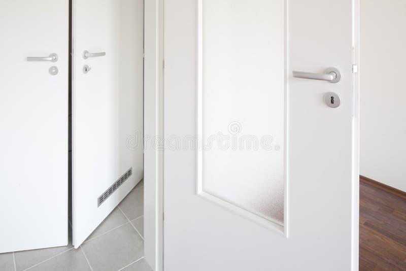 λευκό πορτών στοκ φωτογραφία με δικαίωμα ελεύθερης χρήσης