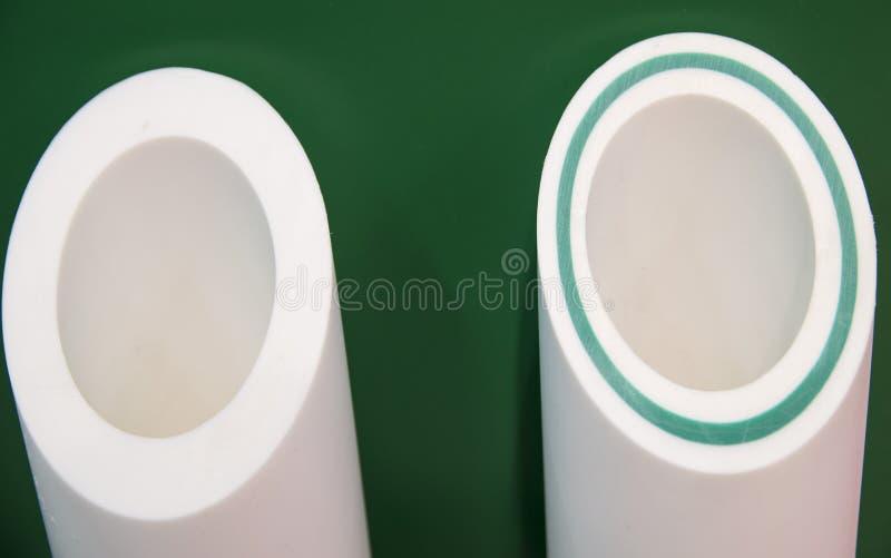 Λευκό που οπλίζεται με τους πλαστικούς σωλήνες σωληνώσεων φίμπεργκλας στοκ εικόνες