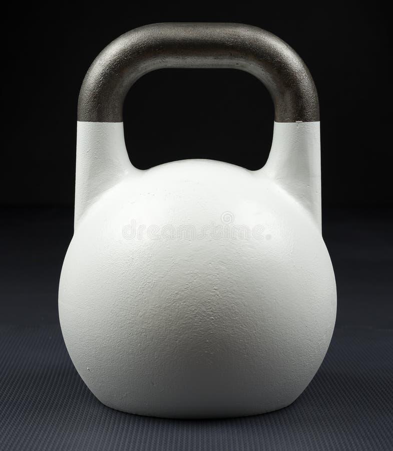 Λευκό που kettlebell σε μια γυμναστική στοκ φωτογραφίες