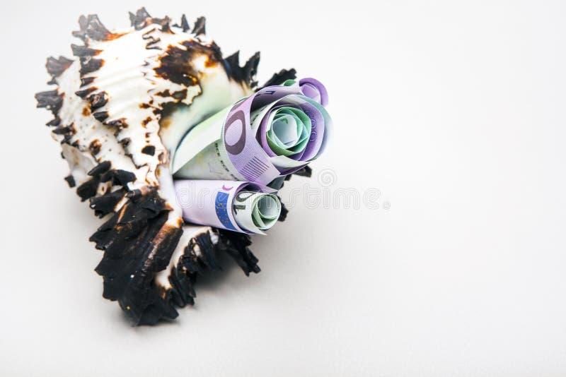 Λευκό φόντο τραπεζογρα µµ ατίων Seashell στοκ φωτογραφία με δικαίωμα ελεύθερης χρήσης