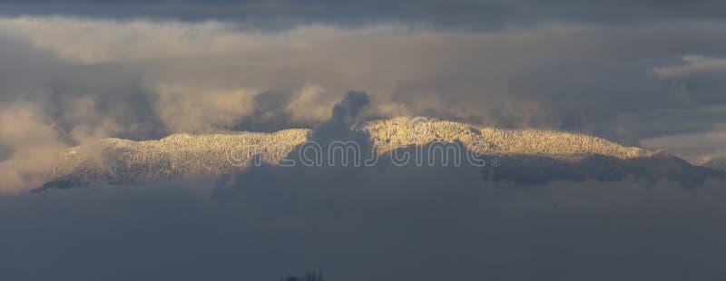 Λευκό χιόνι καλυμμένο από βουνό στοκ εικόνα