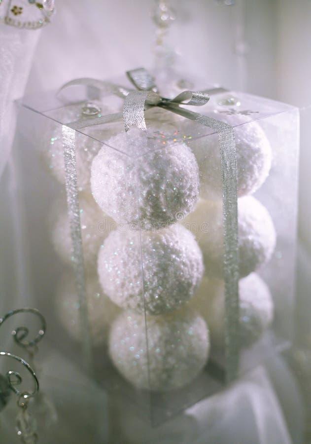 λευκό Χριστουγέννων σφα&i στοκ εικόνα
