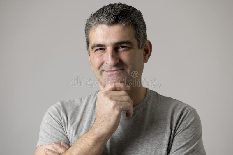 Λευκών έκφραση προσώπου χρονών χαμόγελου 40 έως 50 ευτυχής παρουσιάζοντας συμπαθητική και θετική που απομονώνεται στο γκρίζο υπόβ στοκ φωτογραφίες