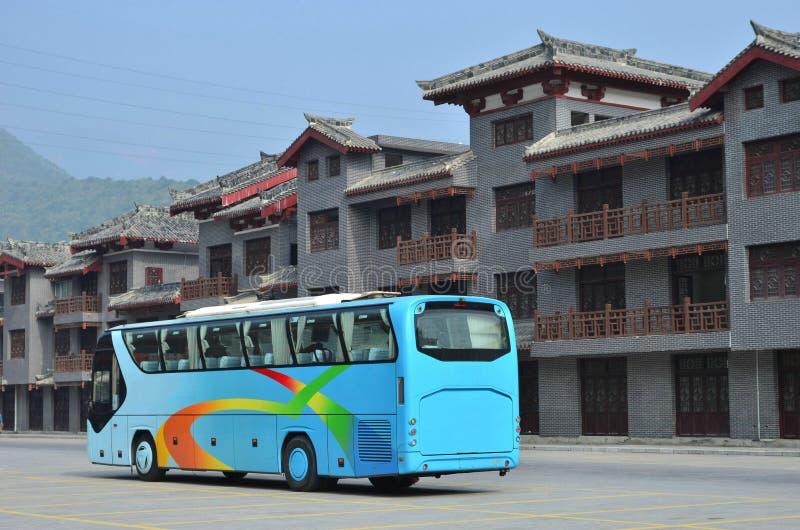 Λεωφορεία τουριστών και σύγχρονα παλαιά κτήρια στοκ φωτογραφίες