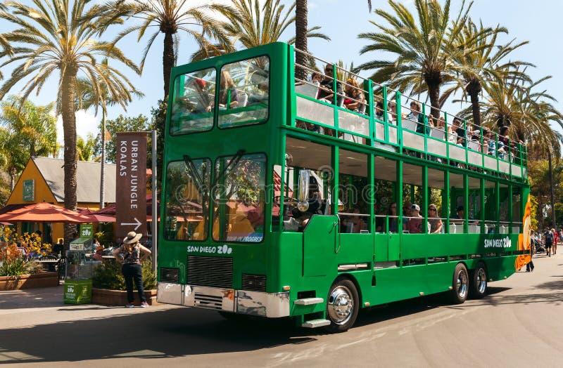 Λεωφορείο και τουρίστες σαφάρι στο ζωολογικό κήπο του Σαν Ντιέγκο στοκ εικόνες με δικαίωμα ελεύθερης χρήσης