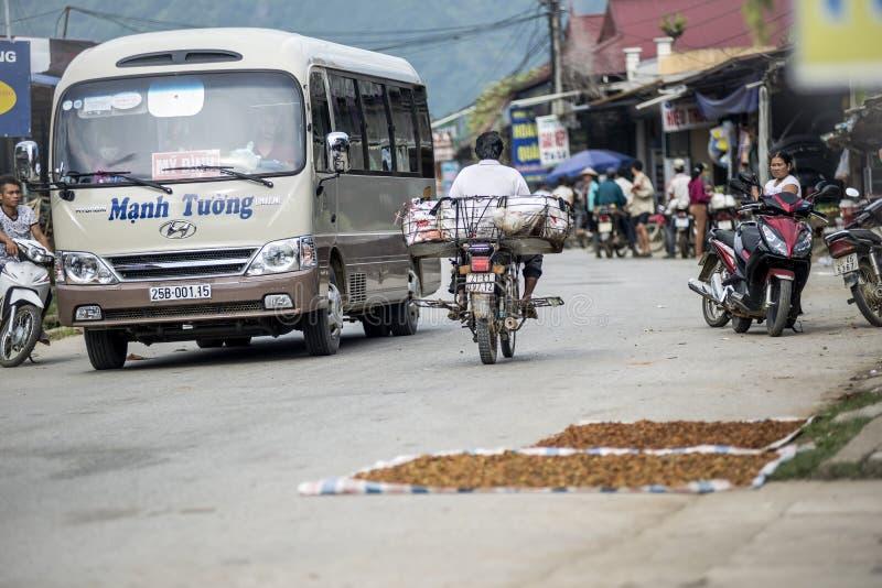 Λεωφορείο που οργανώνεται κατά τη διάρκεια από το Ανόι - MU Cang Chai - προορισμός ταξιδιού Sapa στο Βιετνάμ στοκ φωτογραφία