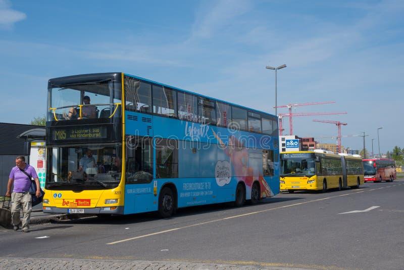 Λεωφορείο πόλεων δημόσιου μέσου μεταφοράς στην πόλη του Βερολίνου στοκ φωτογραφίες