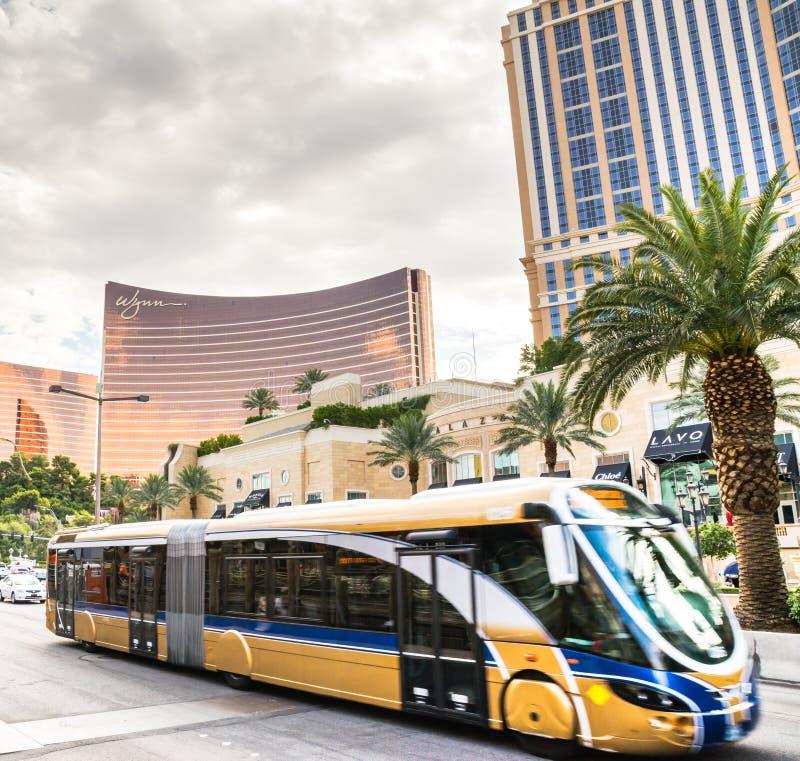Λεωφορείο στην κίνηση που ταξιδεύει μέσω της λεωφόρου του Λας Βέγκας στοκ εικόνες με δικαίωμα ελεύθερης χρήσης
