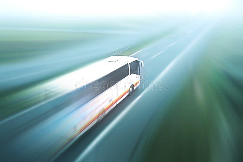 Λεωφορείο στη θαμπάδα οδικών κινήσεων ασφάλτου στοκ φωτογραφία