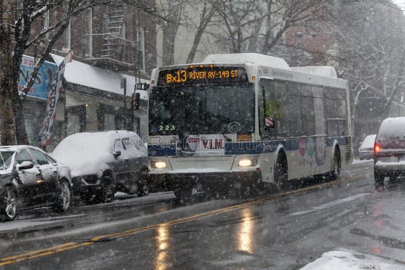 Λεωφορείο στη θύελλα χιονιού στη κομητεία Bronx της Νέας Υόρκης στοκ φωτογραφία