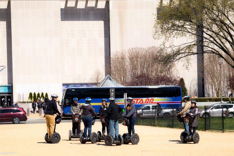 Λεωφόρος της Ουάσιγκτον με τους τουρίστες κατά τη διάρκεια του φεστιβάλ ανθών κερασιών στα segways στοκ φωτογραφία με δικαίωμα ελεύθερης χρήσης