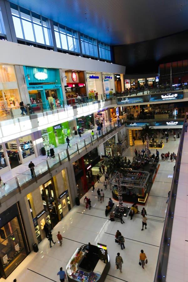 Λεωφόρος του Ντουμπάι περίπατων ανθρώπων στοκ φωτογραφία με δικαίωμα ελεύθερης χρήσης