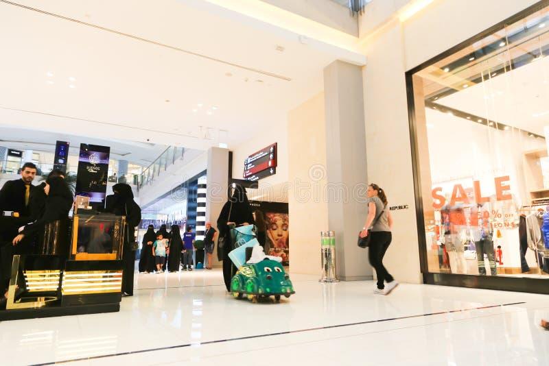 Λεωφόρος του Ντουμπάι περίπατων ανθρώπων στοκ φωτογραφίες