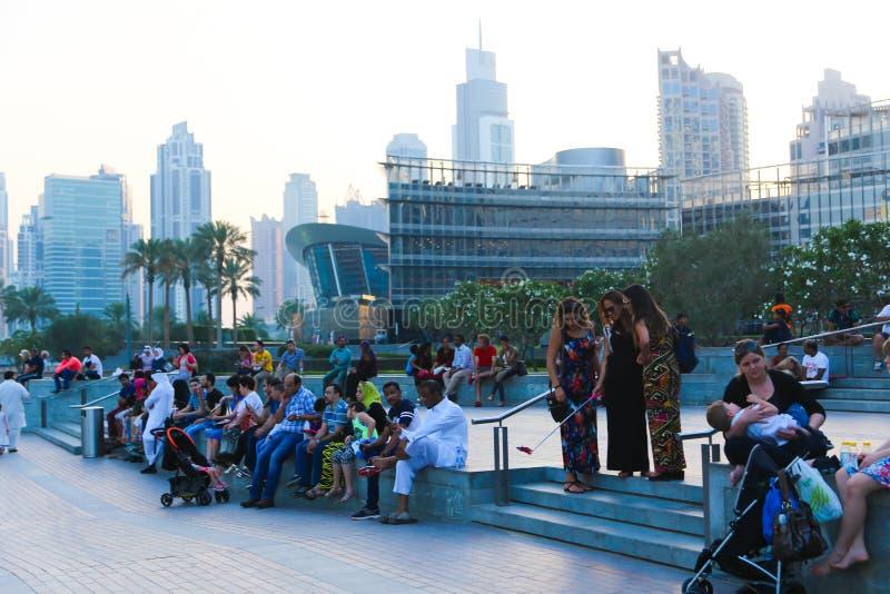 Λεωφόρος του Ντουμπάι περίπατων ανθρώπων στοκ φωτογραφίες με δικαίωμα ελεύθερης χρήσης