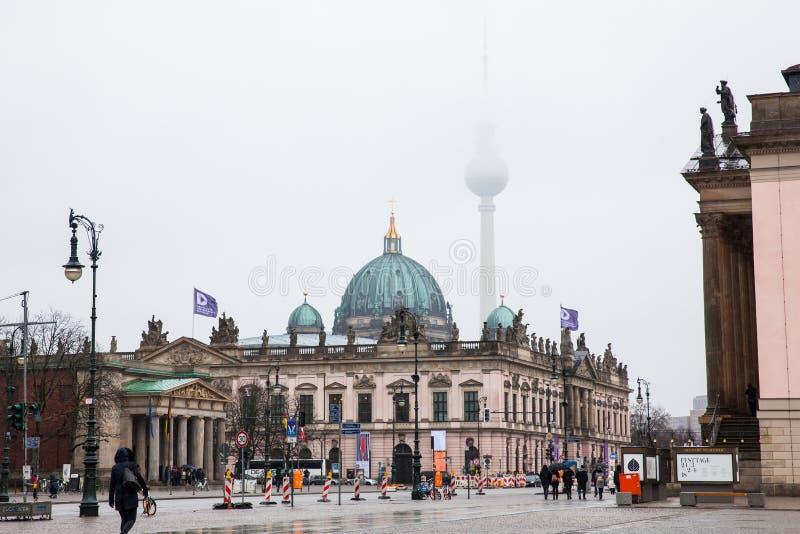 Λεωφόρος Linden κρησφύγετων Unter που βλέπει από το Bebelplatz σε ένα κρύο τέλος της χειμερινής ημέρας στοκ εικόνες