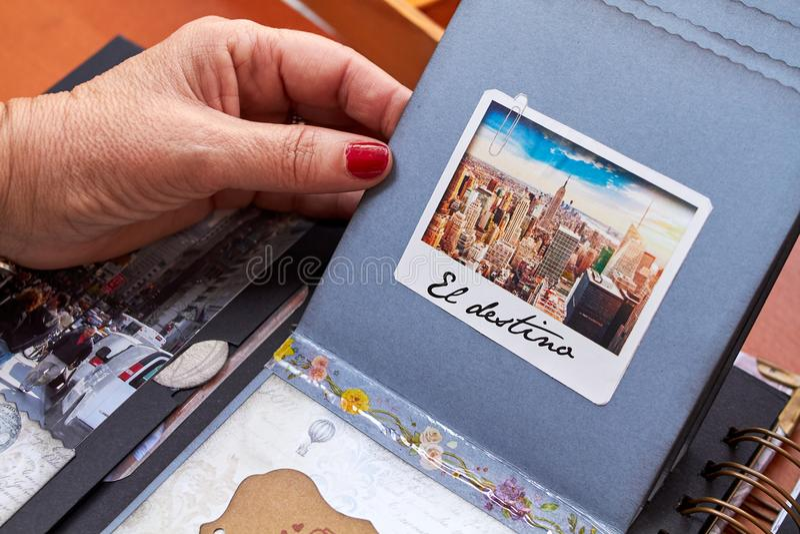 Λεύκωμα της Νέας Υόρκης Scapbook με το κατασκευασμένο destino EL εγγράφου στοκ εικόνες