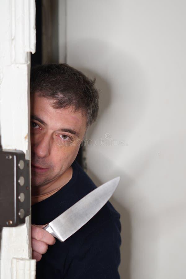 Ληστής που τιτιβίζει από μια πόρτα στοκ εικόνες