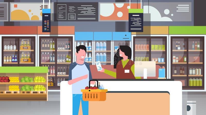 Λιανικός ταμίας γυναικών στην υπεραγορά ελέγχων που δίνει το καλάθι εκμετάλλευσης πελατών ανδρών λογαριασμών παραλαβών με την ένν ελεύθερη απεικόνιση δικαιώματος