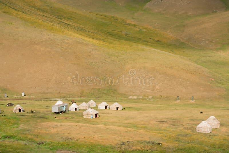 Λιβάδι βουνών με τα yurts - σπίτια των τοπικών νομαδικών ανθρώπων στην κεντρική Ασία στοκ εικόνες με δικαίωμα ελεύθερης χρήσης