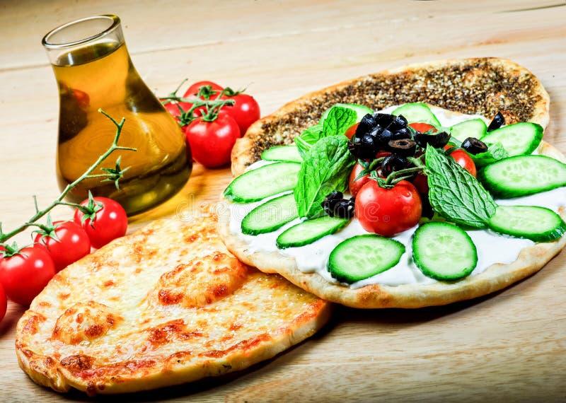 Λιβανέζικα τρόφιμα του θυμαριού και manaqish στοκ φωτογραφίες