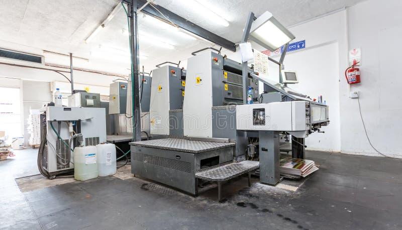 Λιθογραφική μηχανή εκτύπωσης σε ένα εργαστήριο εκτύπωσης στοκ εικόνα