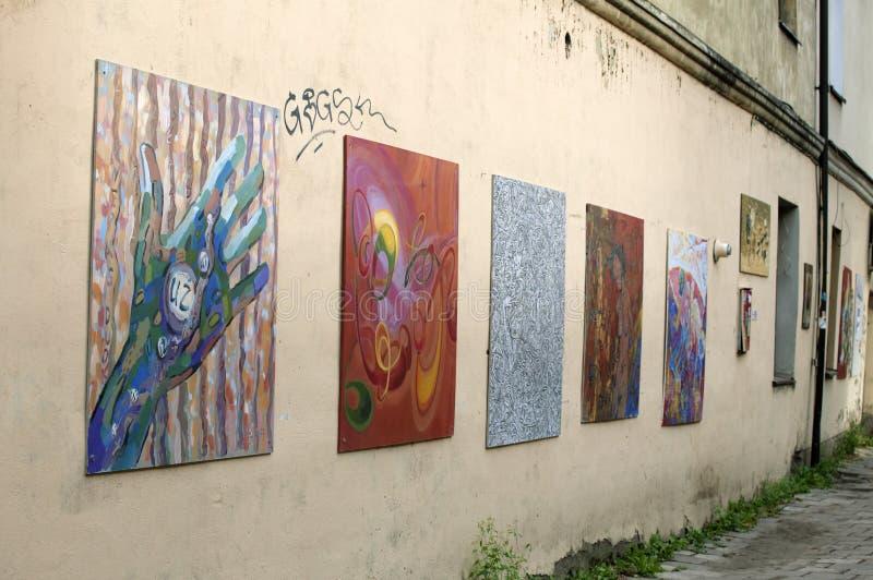 ΛΙΘΟΥΑΝΙΑ, VILNIUS - 14 Αυγούστου 2014 - έργα ζωγραφικής σε έναν τοίχο οδών σε Uzupis στοκ φωτογραφία με δικαίωμα ελεύθερης χρήσης