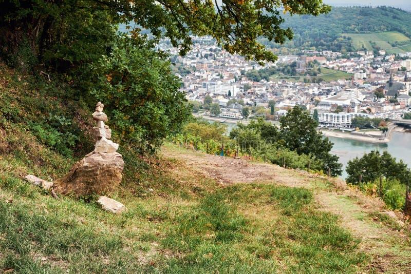 Λικνίζει τον ισορροπώντας πύργο που γίνεται από τους τουρίστες στη διαδρομή του κράτους του Hesse με την πόλη Bingen AM Ρήνος στο στοκ εικόνες