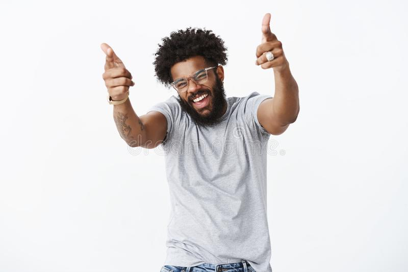 Λικνίζετε το άτομο Πορτρέτο του χαρούμενου όμορφου συγκινητικού σκοτεινός-ξεφλουδισμένου τύπου με το afro hairstyle και της γενει στοκ φωτογραφίες