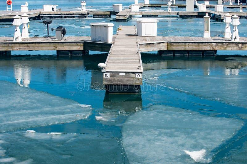 Λιμάνι γιοτ κατά τη διάρκεια του χειμώνα σχεδόν έτοιμου για την εποχή στοκ εικόνα με δικαίωμα ελεύθερης χρήσης
