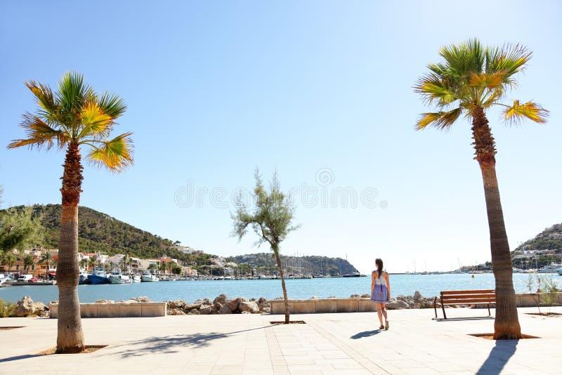 Λιμάνι λιμένων d'Andratx, Μαγιόρκα - περπάτημα τουριστών στοκ εικόνα