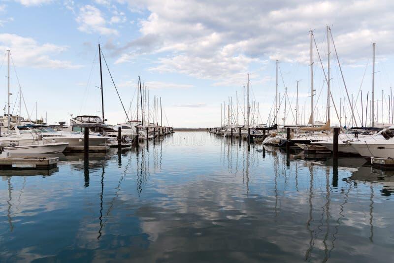 Λιμάνι με τα γιοτ που στέκονται σε το, λίμνη Μίτσιγκαν, Σικάγο, Ιλλινόις, ΗΠΑ στοκ εικόνα με δικαίωμα ελεύθερης χρήσης