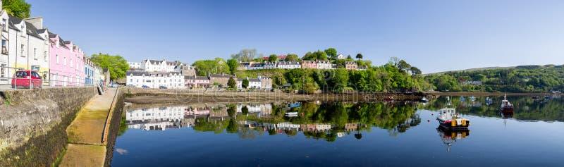 Λιμάνι με τη βάρκα στην πόλη Portree, Σκωτία στοκ εικόνες