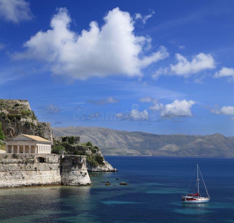 Λιμάνι, παλαιό οχυρό και ελληνικός ναός Κέρκυρα, Ελλάδα στοκ φωτογραφία