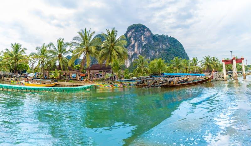 Λιμάνι στον κόλπο Sai τόνου, Phi Phi νησί, Θάλασσα Ανταμάν, Ταϊλάνδη στοκ εικόνες