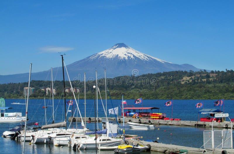 Λιμάνι στο χωριό Villarica, στη λίμνη κοντά στο ηφαίστειο στοκ εικόνες