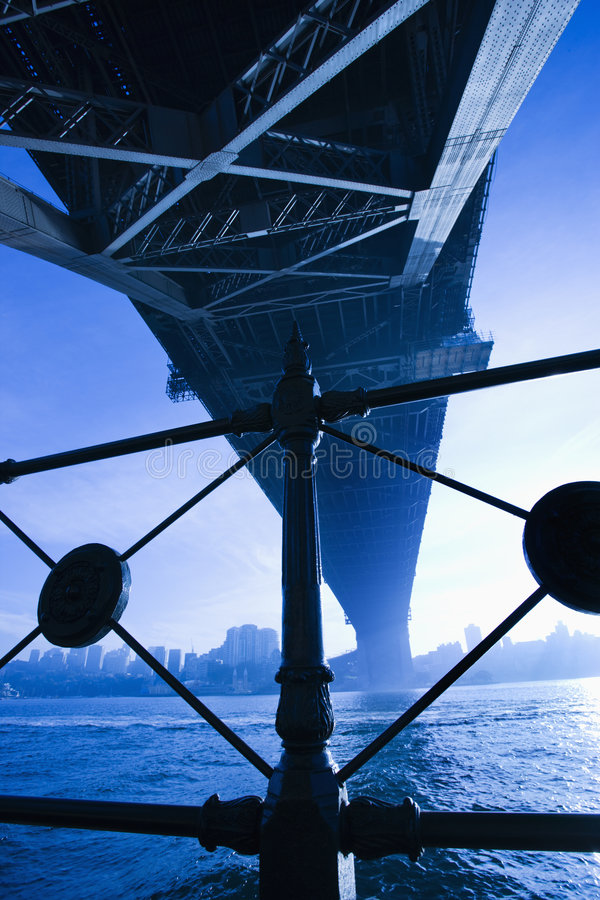 λιμάνι Σύδνεϋ γεφυρών κάτω στοκ εικόνα με δικαίωμα ελεύθερης χρήσης